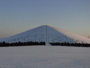 夕日を浴びるモエレ山 北西から見る.