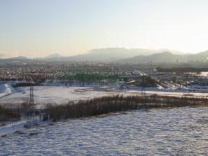 モエレ山から見た恵庭岳と藻岩山 左遠くの三角錐の山が恵庭岳,右のこぶのような山が藻岩山.