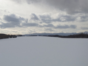 雪原の向こうの空沼岳(ほぼ正面)と札幌岳(右端).