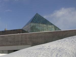 海の噴水側から見たガラスのピラミッド