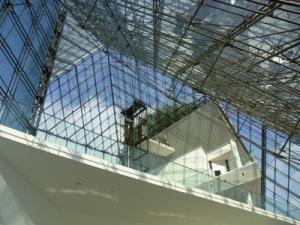 1階から見上げたガラスのピラミッドのてっぺん