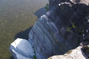 紅れん石片岩